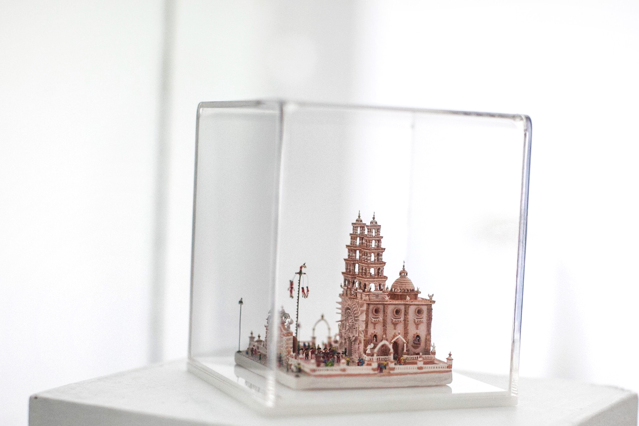 Con sorprendente obra en miniatura, guanajuatense gana Premio Nacional de la Cerámica 😍